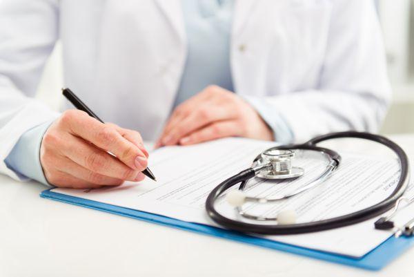 lekarz wypisujący orzeczenie po badaniu na prawo jazdy