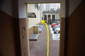 Widok przejścia przez prześwit bramowy Al. Jerozolimskie 11/19 od ul. Kruczej, druga klatka po lewej stronie.